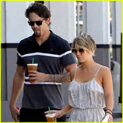 sweeting kaley cuoco new haircut kaley cuoco and ryan sweeting stop by their local