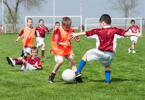 imagenes de niños jugando al futbol c 243 mo prevenir lesiones en los ni 241 os al jugar f 250 tbol