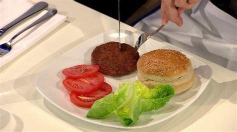 carne artificiale cotta e mangiata in diretta corretta