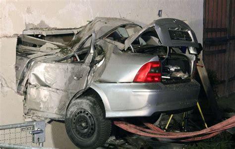 wohnzimmer 4x4 meter schwerer unfall auto kracht nach 15 meter flug in wohnzimmer