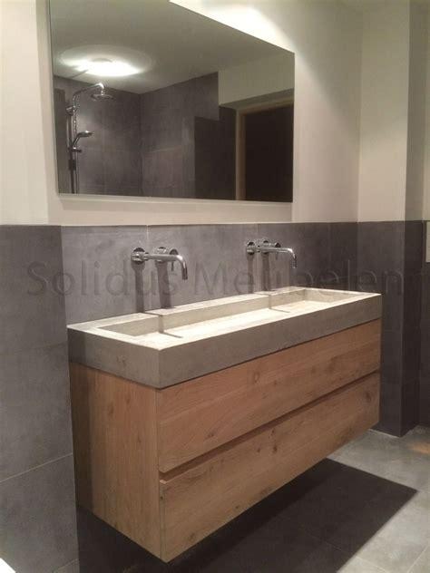 kleine badkamer hout badkamermeubel van eikenhout en beton op maat gemaakt
