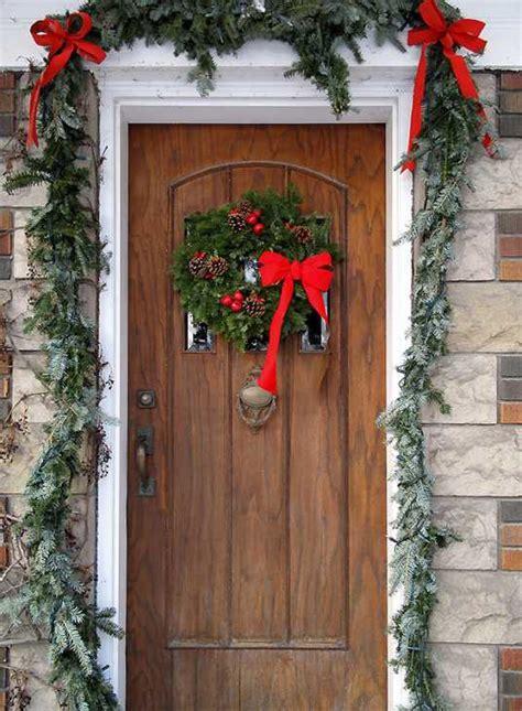 come appendere una ghirlanda alla porta porta d ingresso natalizia