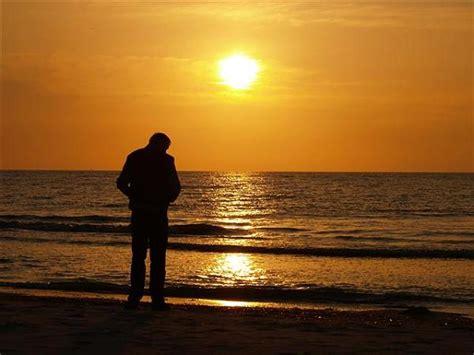 wann ist sonnenuntergang in deutschland foto mann am strand deutschland amrum geo