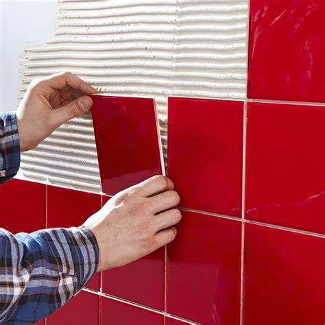 posare piastrelle su piastrelle posare le piastrelle a parete piastrelle come posare