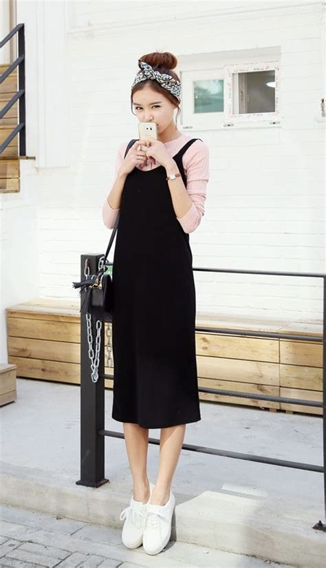 Fashion Bag Motif Salur Pink Korean Style Di Lengkapi Dompet Kecil K picture of a pink sleeve a black overall white sneakers and a black bag