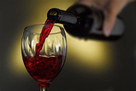 bicchieri di vino bere un bicchiere di vino rosso prima di dormire aiuta a