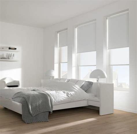 Beau Chambre Bleu Pour Fille #4: chambre-à-coucher-sol-en-bois-clair-murs-blancs-habillage-fenetre-store-enrouleur-blanc.jpg