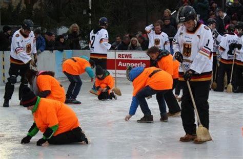 Glatze Polieren Videos by Besen Eishockey Spiel In Fellbach Die Locken Polieren Die