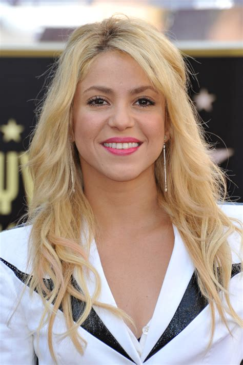 what color is shakira s hair 2015 shakira wavy golden blonde half up half down hairstyle