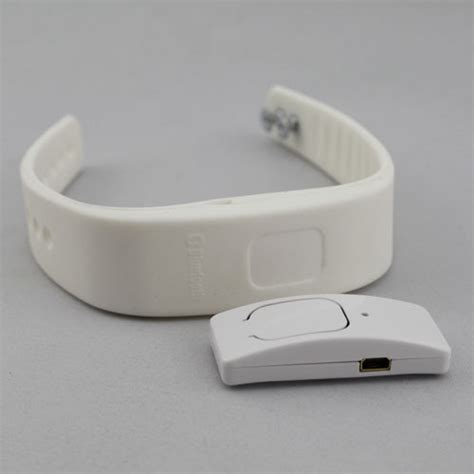Vibrating Wristband Alerts You Of Incoming Calls Techie Divas Guide To Gadgets by White Incoming Phone Call Vibrating Alert Device Bluetooth