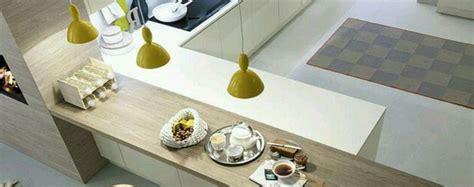 il della cucina illuminare il bancone e la penisola della cucina