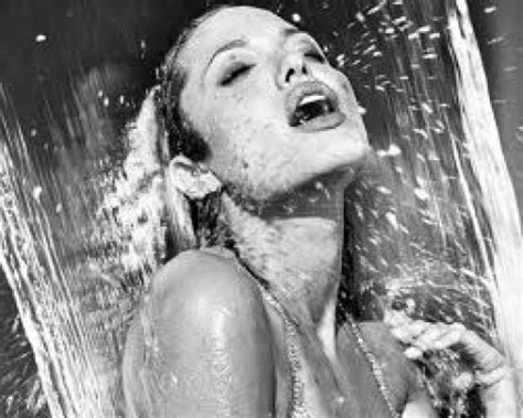 donna che si fa la doccia doccia come sceglierla e come farla per un assoluto relax