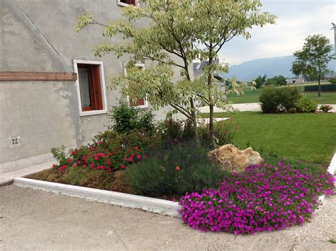 giardini con aiuole progetto giardino con aiuole fiorite verde idea