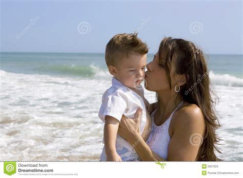 hijo ve a su mama dedearse mama e hijo imagen de archivo imagen de madre agua