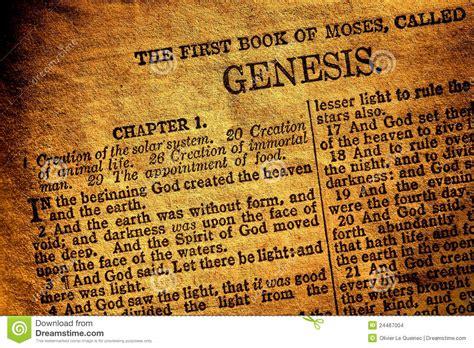 libro la bible loriginal vecchio testo antico di capitolo di genesi del libro della bibbia santa fotografia stock