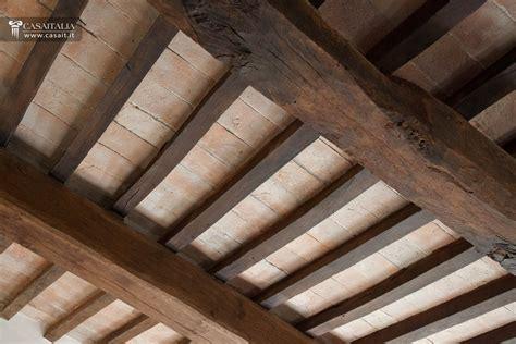 soffitto legno fissare travi in legno al soffitto design casa creativa