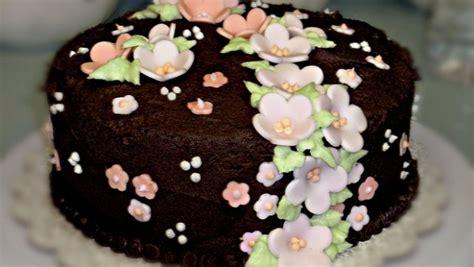 torte pasta di zucchero con fiori torta al cioccolato decorata con fiori di pasta di zucchero