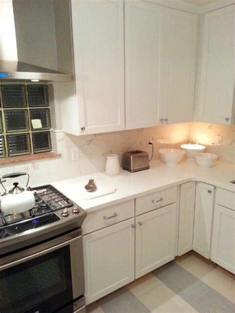 top knobs hardware medallion white shaker cabinets electrolux range frigidaire hood livingstone