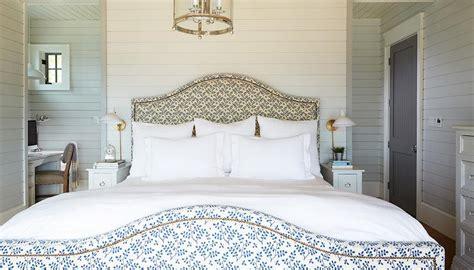 queen bed in small bedroom queen bed with small nightstands cottage bedroom