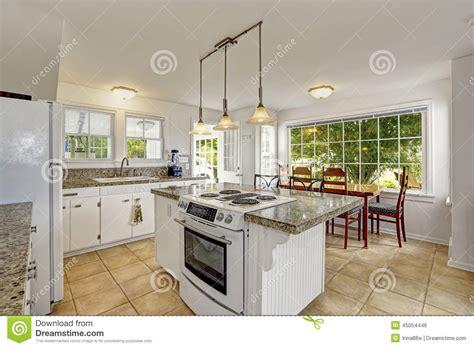 la cocina de las interior moderno blanco brillante de la cocina con la isla y el comedor foto de archivo imagen