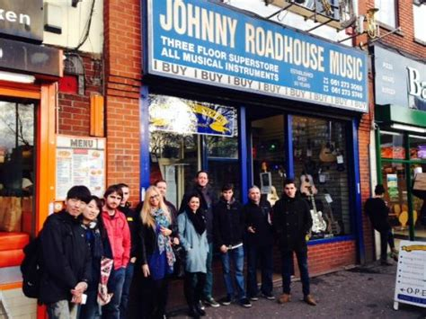 road house soundtrack fans with bonehead s oasis guitar at johnny roadhouse music foto di manchester