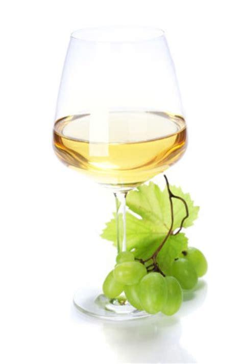 bicchieri vino bianco buon anno penne al pesce spada con pesto di pistacchi