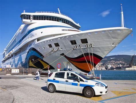 nave volante volante della polizia e nave da crociera al porto di