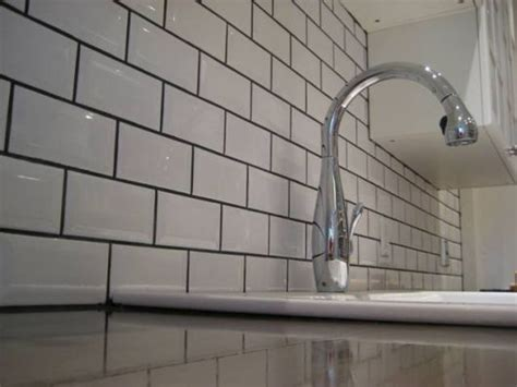 schwarze fugen kitchen backsplash subway tile with grey grout this