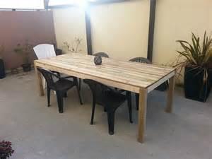 construction d une table de terrasse en bois en cours