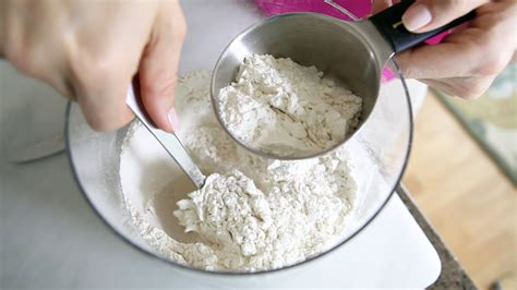 using flour how to accurately measure flour cooking tips recipes