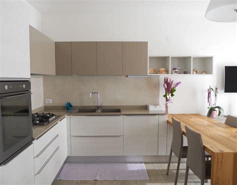 penisola in cucina cucina con tavolo penisola in rovere nodato arredamenti