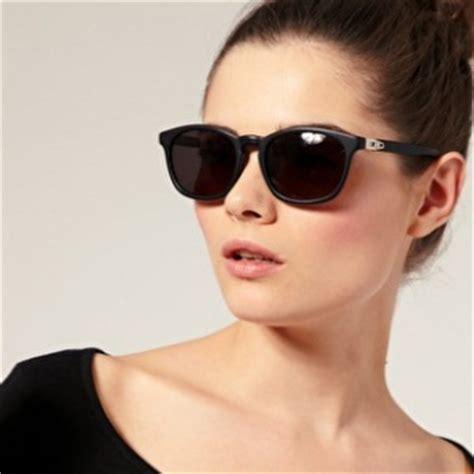 woman wearing ray ban sunglasses 5 favorite summer sunglasses how to pick a stylish
