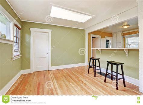 gli sgabelli interno a forma di u della stanza della cucina con gli