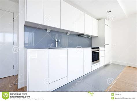 moderne volledig gepaste keuken in wit en grijs royalty