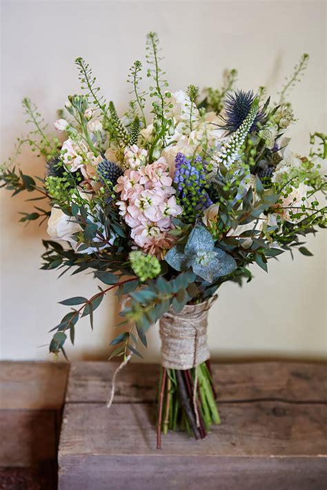 the best wedding flowers for barn weddings mythe barn