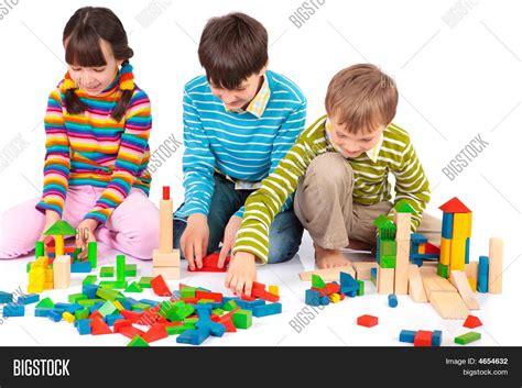 imagenes de niños indigenas jugando imagen y foto ni 241 os jugando con bloques bigstock