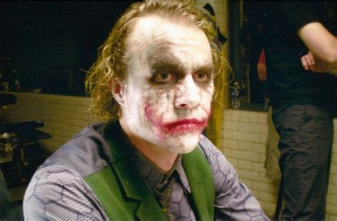 joker imagenes ineditas heath ledger on the set of the dark knight geektyrant