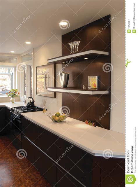cucina mensole cucina con le mensole di galleggiamento immagine stock