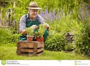 imagenes graciosas de jardineros jard 237 n de los alm 225 cigos del jardinero foto de archivo
