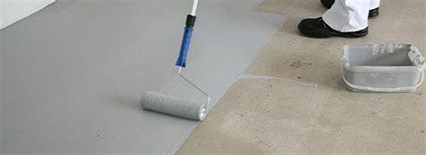 Wandfarbe Pvc Boden Entfernen by Mann Beim Streichen Der Grundierung Auf Den Boden