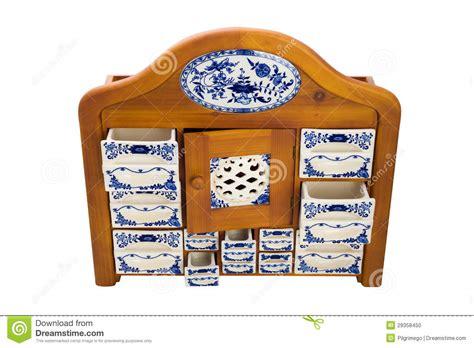 lade in porcellana armadietto di legno antico della cucina con i contenitori