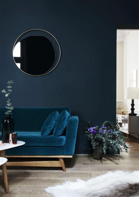 Incroyable Couleur Peinture Mur Chambre #1: 0-couleur-de-peinture-bleu-fonc%C3%A9-fauteuil-bleu-sol-en-parquet-quel-mur-peindre-en-couleur.jpg