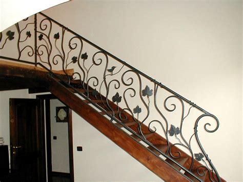 corrimano in ferro battuto per scale scala portante in legno con parapetto e corrimano in ferro
