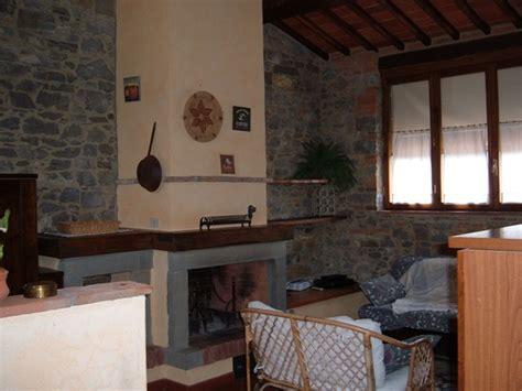 pareti camino foto soggiorno con camino pareti in pietra di steven s