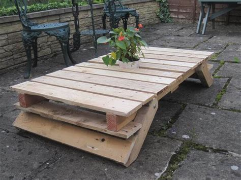 Pallet Patio Table Diy Pallet Patio Table With Folding Flat Legs 101 Pallets
