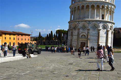 torre di pisa ingresso entrata della torre pendente di pisa con i turisti e un