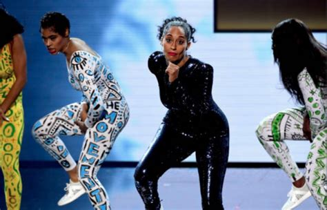tracee ellis ross ama dance tracee eliss ross opened the ama s with an epic dance routine
