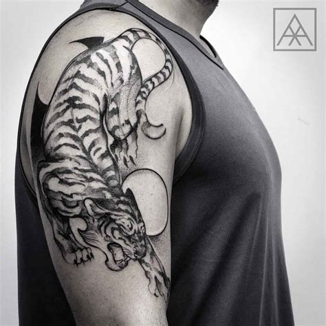 tiger shoulder tattoo cool tiger on shoulder tattoos