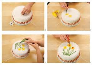 kuchen mit zuckerguss verzieren fondant torte mit zuckerguss verzieren bild kaufen