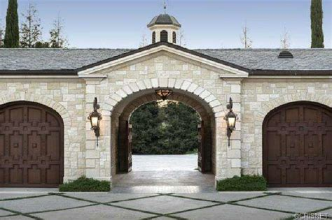 What Is A Motor Court Garage by Motor Court Entrance Porte Cochere With Wooden Gates To